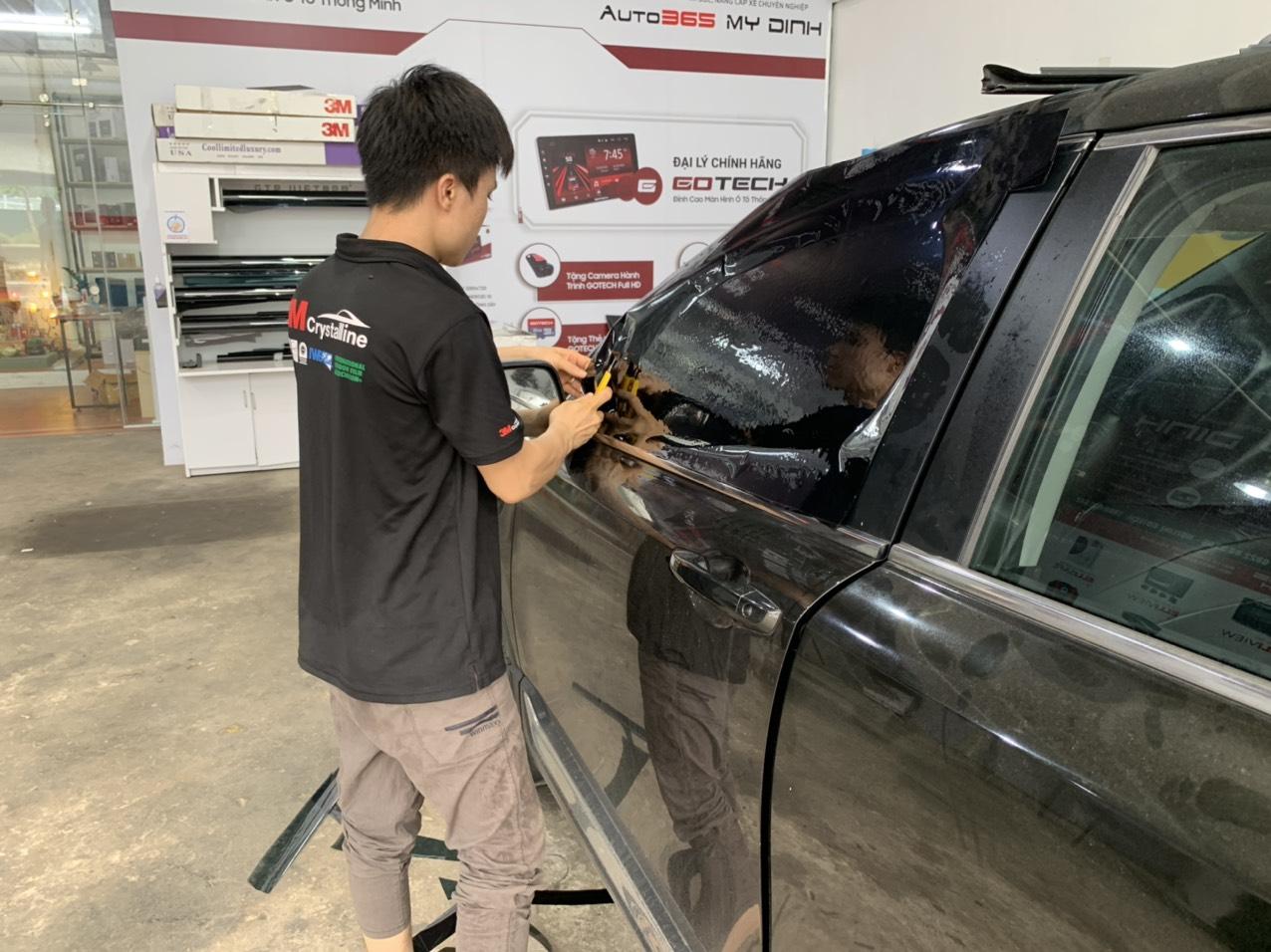 Kỹ thuật viên của Auto365 Mỹ Đình tiến hành dán kính lại cho khách hàng