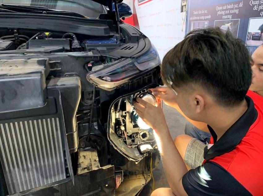 Những kỹ thuật viên đang thực hiện độ đèn cho ô tô