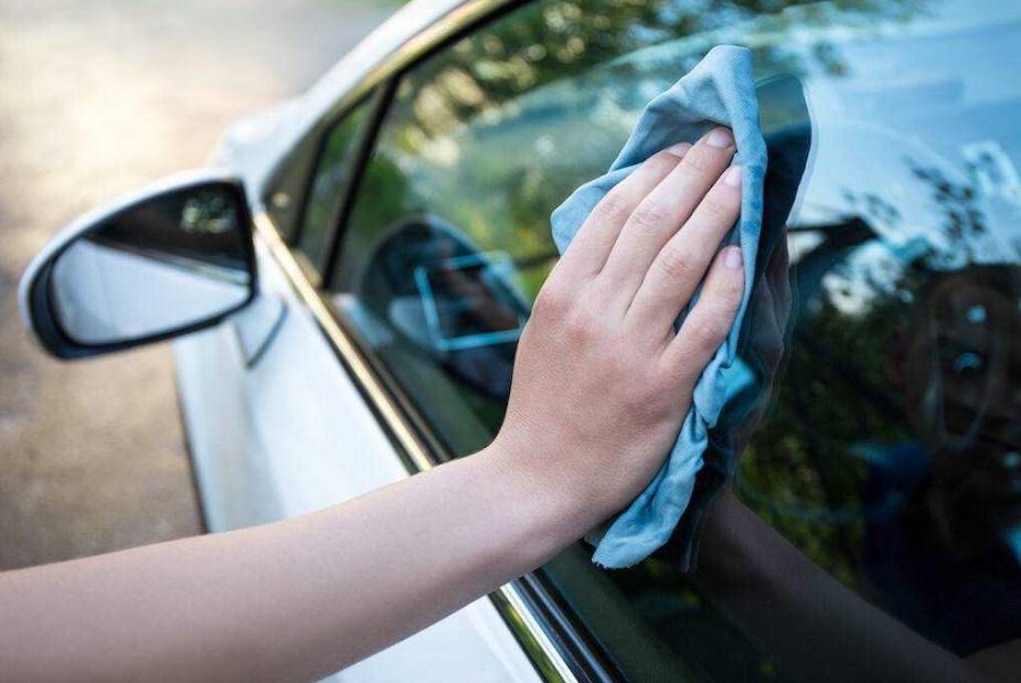 Làm sạch bề mặt kính ô tô
