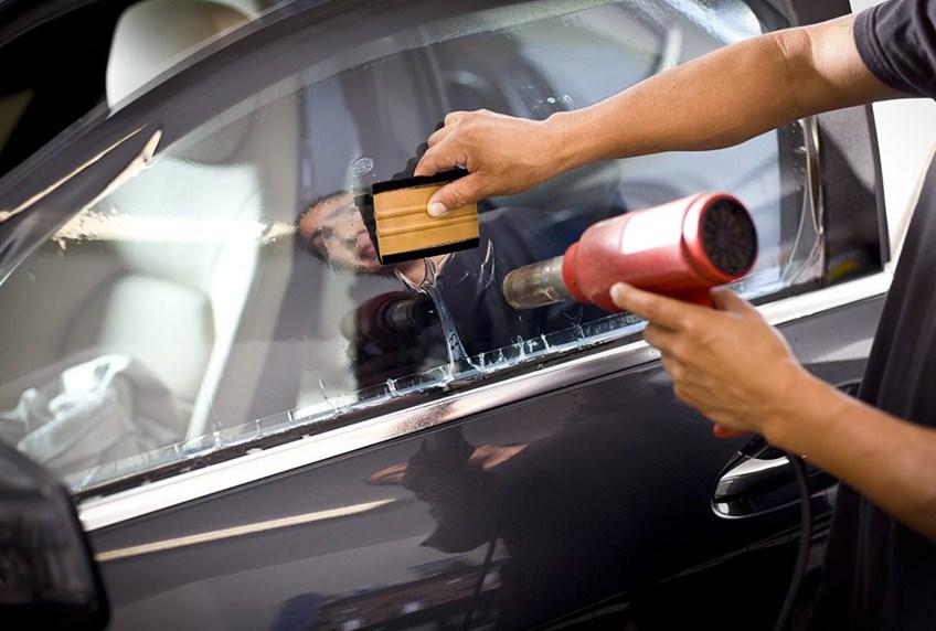 Tiến hành dán phim cách nhiệt cho ô tô